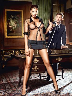 Fekete titkárnő-kosztüm halszálkás szoknyával, és hosszú ujjú blúzzal