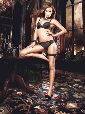 Csipke-bordűrrel és szatén-szalaggal díszített fekete női alsó
